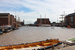 靠码头的小船 免版税库存照片