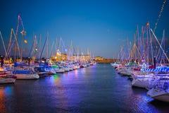 靠码头的游艇冬天照明 库存图片