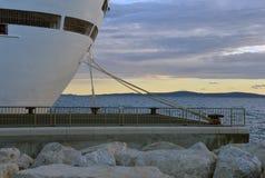 靠码头的游轮停住对码头在日落 图库摄影