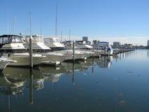 靠码头的码头游艇 免版税库存照片