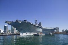 靠码头的航空母舰 免版税库存图片