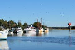 靠码头的虾小船 免版税库存照片