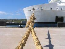 靠码头的轮渡 免版税库存图片
