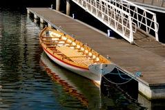 靠码头的长平底船帆船附载的大艇 库存图片