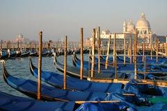 靠码头的长平底船轻的早晨 免版税图库摄影