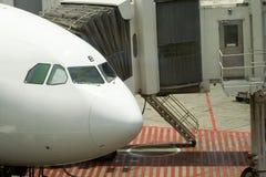 靠码头的飞机 免版税库存照片