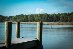 靠码头在海湾在平安的水的北部佛罗里达 免版税库存图片