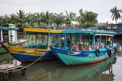 靠码头在跳船的小船在会安市,越南 图库摄影