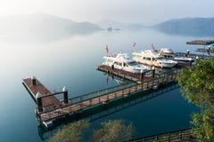 靠码头在peachful早晨在Shuishe码头,太阳M的游船 免版税图库摄影