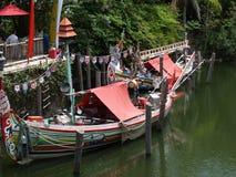 靠码头的五颜六色的传统亚洲小船 免版税库存照片