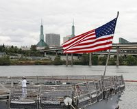 靠码头的军用俄勒冈端口波特兰船 免版税图库摄影