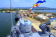 靠码头的军舰 免版税图库摄影
