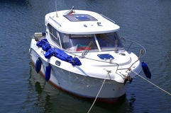 靠码头的小游艇 免版税库存图片