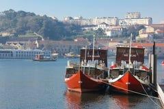 靠码头的巡航小船。波尔图。葡萄牙 免版税库存照片