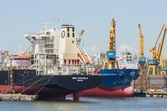 靠码头的散货船 免版税图库摄影