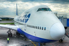 靠码头的波音747 库存照片