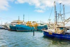 靠码头的渔船。 免版税图库摄影