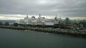 靠码头的渡轮在不列颠哥伦比亚省 免版税库存照片