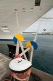 靠码头的游轮的弓 库存图片
