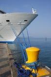 靠码头的游轮   库存照片