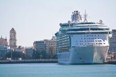 靠码头的游轮 免版税图库摄影
