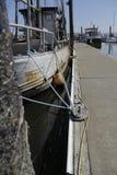 靠码头的老木Pannel小船的边 库存照片