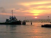 靠码头的船、sailer、工作者、跳船和日落 库存照片