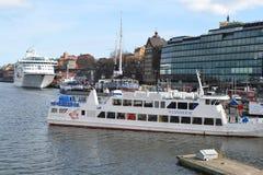靠码头的船在斯德哥尔摩,瑞典 免版税库存照片