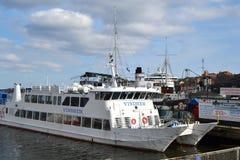 靠码头的船在斯德哥尔摩,瑞典 免版税库存图片