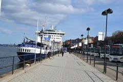 靠码头的船在斯德哥尔摩,瑞典 图库摄影
