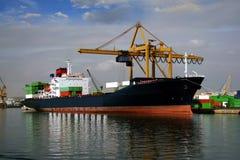 靠码头的集装箱船 库存照片