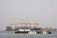靠码头的Khor Fakkan阿拉伯联合酋长国大货船在Khor Fakkport装载和卸载物品 库存照片