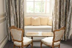 靠窗座位和装饰 免版税库存图片