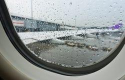 从靠窗座位的雨下落在飞机里面 免版税库存照片