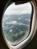 靠窗座位视图是展示云彩和和风景视图 免版税库存图片