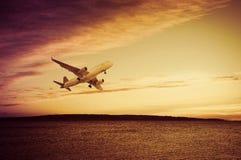 水面上平面的飞行 免版税图库摄影
