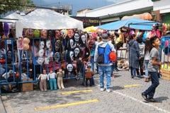 面具和服装普遍的销售在老岁月节日在Amazonas大道 库存图片