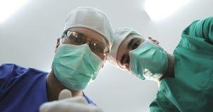 面具和医疗制服的医生看下来患者 股票录像