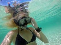 面具水中的妇女 免版税库存照片