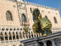 面具的人在威尼斯狂欢节2018年 免版税图库摄影