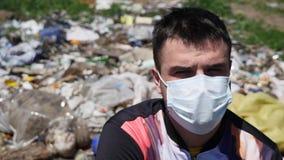 面具的人坐垃圾 免版税图库摄影