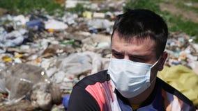面具的人坐垃圾 免版税库存照片