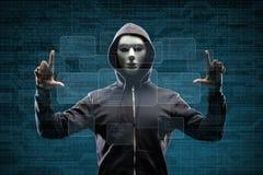 面具的在抽象二进制背景的计算机黑客和有冠乌鸦 被遮暗的黑暗的面孔 数据窃贼,互联网欺骗 库存图片