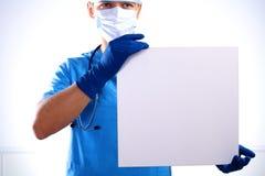 面具的外科医生举行一张招贴 库存图片