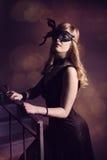 黑面具的美丽的女孩 免版税库存照片