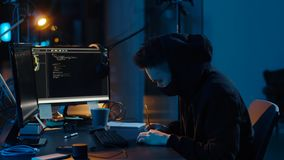 面具的黑客使用网络攻击的计算机 影视素材