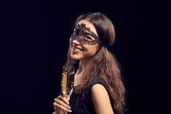 面具的Happe妇女对负玻璃用香槟 免版税库存图片