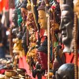 面具,在街道的纪念品在Durbar广场, 2013年11月29日购物在加德满都,尼泊尔 免版税库存图片