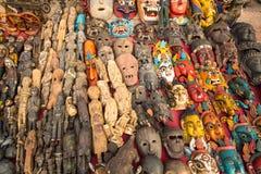 面具,在街道的纪念品在Durbar广场购物 库存图片