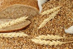 面包、一个袋子用麦子和耳朵 库存照片